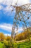 Torre elettrica ad alta tensione contro il cielo blu Fotografia Stock Libera da Diritti