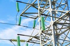 Torre elettrica ad alta tensione contro il cielo blu Immagini Stock Libere da Diritti