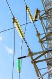 Torre elettrica ad alta tensione contro il cielo blu Immagini Stock