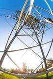 Torre elettrica ad alta tensione contro il cielo blu Transmis di potere Immagine Stock Libera da Diritti