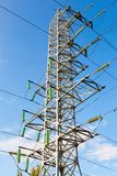 Torre elettrica ad alta tensione contro il cielo blu Transmis di potere Fotografie Stock Libere da Diritti