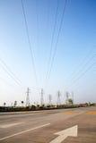 Torre elettrica ad alta tensione della strada principale Immagine Stock