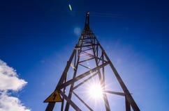Torre elettrica ad alta tensione della trasmissione Fotografie Stock