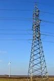 Torre elettrica alta, generatore eolico visto lontano nella distanza Immagini Stock Libere da Diritti