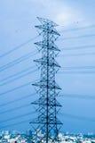 Torre elettrica/alta tensione della trasmissione Immagini Stock Libere da Diritti