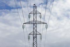 Torre elettrica con i cavi ad alta tensione Fotografie Stock