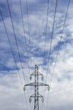 Torre elettrica con i cavi ad alta tensione Fotografia Stock