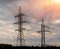 Torre elettrica della trasmissione sotto il chiaro cielo Immagine Stock