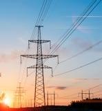Torre elettrica della trasmissione sotto il chiaro cielo Fotografie Stock Libere da Diritti