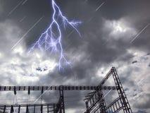Torre elettrica nel giorno nero delle nuvole Fotografia Stock