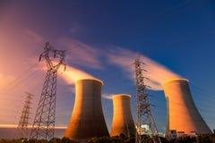 Torre elettrica, torre di raffreddamento nel cielo notturno Fotografia Stock