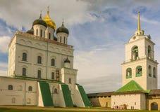 Torre em julho de 2016 Pskov Rússia de Christian Orthodox Holy Trinity Cathedral e de sino Fotos de Stock Royalty Free