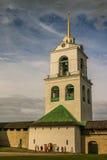 Torre em julho de 2016 Pskov Rússia de Christian Orthodox Holy Trinity Cathedral e de sino Imagem de Stock Royalty Free