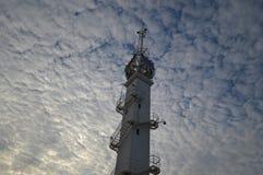 Torre em um céu nebuloso fotografia de stock royalty free