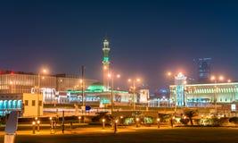 Torre en Doha, la capital de Al Shouyoukh Mosque y de reloj de Qatar fotos de archivo libres de regalías