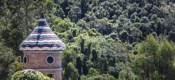 Torre en el bosque foto de archivo libre de regalías