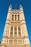 Torre en el edificio del parlamento británico Foto de archivo