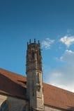 Torre en el tejado del edificio viejo. Fotografía de archivo libre de regalías