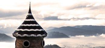 Torre en el valle de la niebla Foto de archivo libre de regalías