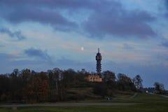 Torre en la colina en la oscuridad Bosque del otoño la luna en el cielo Foto de archivo libre de regalías