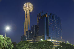 Torre en la noche, Dallas, TX de la reunión imágenes de archivo libres de regalías