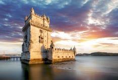 Torre en la puesta del sol, Lisboa - Portugal de Lisboa, Belem fotografía de archivo