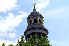 Torre esculpida con la paleta de tiempo, la bóveda, y los pilares imagen de archivo libre de regalías