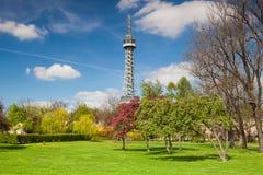 Torre famosa da vigia no monte de Petrin em Praga fotografia de stock royalty free