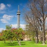 Torre famosa dell'allerta sulla collina di Petrin a Praga Immagine Stock Libera da Diritti