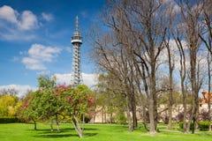 Torre famosa dell'allerta sulla collina di Petrin a Praga Fotografia Stock