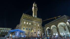 Torre famosa di Arnolfo del hyperlapse del timelapse di Palazzo Vecchio sul della Signoria della piazza a penombra a Firenze stock footage