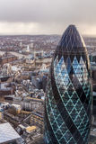 Torre famosa do pepino de Londres com uma ponte da torre em um fundo Imagens de Stock