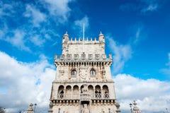Torre fortificata di Belém contro un cielo blu nuvoloso Fotografia Stock Libera da Diritti