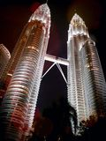 Torre gêmea de Petronus na cena da noite Fotografia de Stock