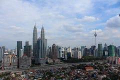 Torre gemela de KLCC y torre del kilolitro los iconos del edificio de Kuala Lumpur Malaysia Foto de archivo libre de regalías