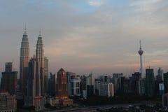 Torre gemela de KLCC y torre del kilolitro los iconos del edificio de Kuala Lumpur Malaysia en la puesta del sol Imagenes de archivo