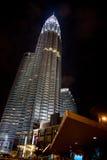 Torre gemela de la escena de la noche Imagen de archivo libre de regalías