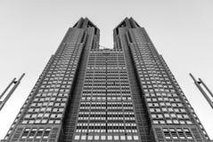 Torre gemela metropolitana de Tokio - blanco y negro de debajo fotos de archivo libres de regalías