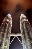 Torre gemella alla notte fotografie stock libere da diritti