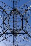 Torre geometrica della trasmissione da sotto Immagini Stock Libere da Diritti