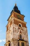 Torre gotica del municipio con l'orologio a Cracovia, Polonia Fotografia Stock