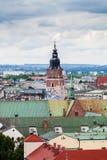 Torre gotica del municipio con l'orologio a Cracovia, Polonia Siluetta dell'uomo Cowering di affari Fotografie Stock