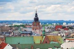 Torre gotica del municipio con l'orologio a Cracovia, Polonia Siluetta dell'uomo Cowering di affari Fotografie Stock Libere da Diritti