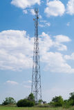 Torre grande de la comunicación celular en el campo Fotos de archivo libres de regalías
