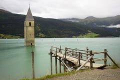 Torre hundida en el lago Resia Fotografía de archivo