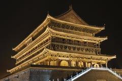 Torre illuminata del tamburo al muro di cinta antico dalla notte, provincia di Xian, Shanxi, Cina Fotografia Stock Libera da Diritti
