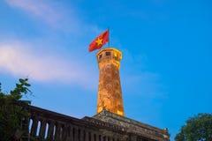 Torre iluminada da bandeira de Hanoi, um dos símbolos da cidade e da parte da citadela de Hanoi, um local do patrimônio mundial Fotografia de Stock