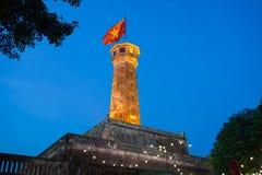 Torre iluminada da bandeira de Hanoi, um dos símbolos da cidade e da parte da citadela de Hanoi, um local do patrimônio mundial Fotografia de Stock Royalty Free