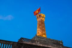 Torre iluminada da bandeira de Hanoi, um dos símbolos da cidade e da parte da citadela de Hanoi, um local do patrimônio mundial Foto de Stock