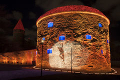 Torre iluminada en la ciudad vieja de Tallinn, Estonia Imagen de archivo